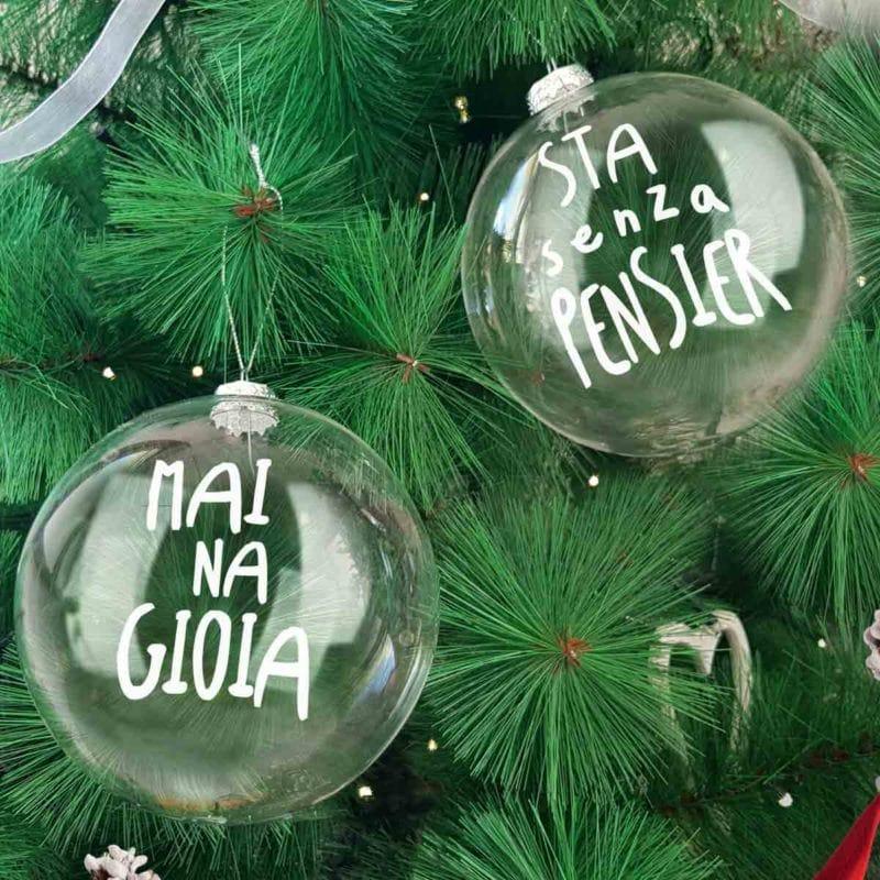 coppia-palline-in-vetro-mai-na-gioia-decorazioni-di-natale-ambientata